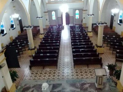 Santuário Nossa Senhora da Guia, de Eldorado, celebra Vigília Pascal com bancos da Igreja repletos de fotos dos fiéis da comunidade