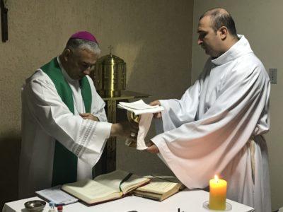 Seminarista Francisco Rocha recebe ministérios de leitor e acólito